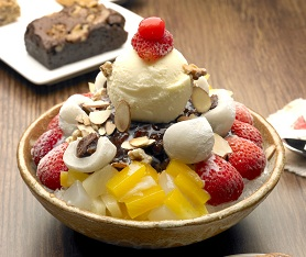 Korean Food Patbingsu Shaved Ice With Sweet Beans And Fruit